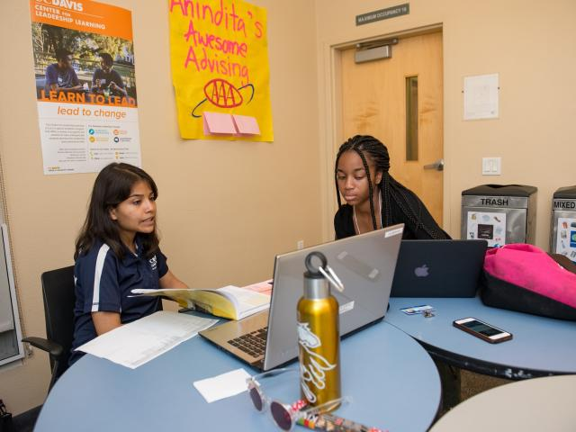 A student talking with a peer advisor